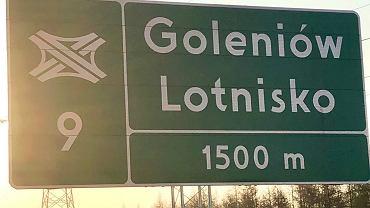 Tablica informująca o węźle, z którego można zjechać w kierunku lotniska w Goleniowie