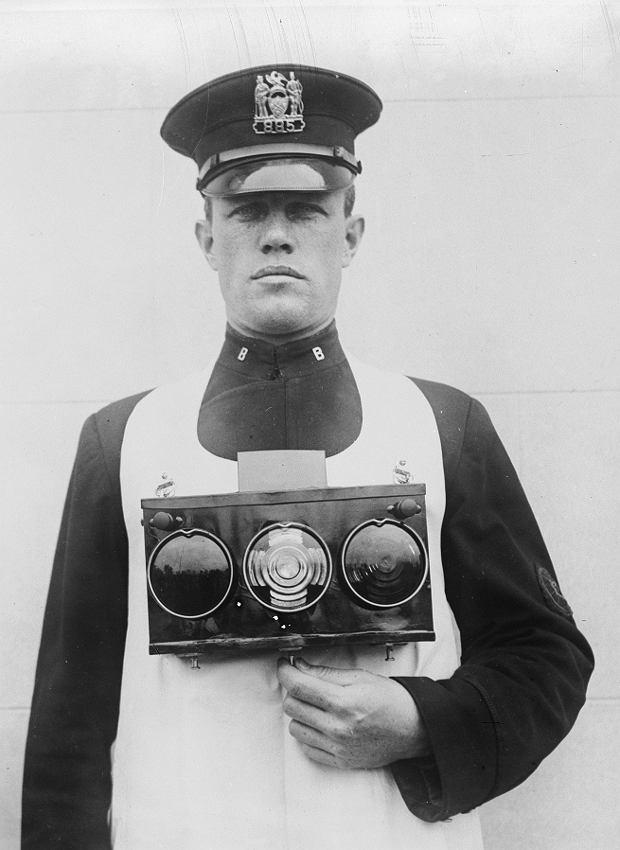 Pomysł z 1921 r. - policjant prezentuje przenośny sygnalizator świetlny, który można było postawić w dowolnym miejscu.