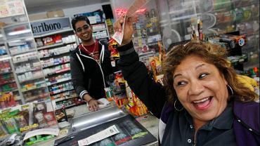 Kobieta z kuponem loterii Power Ball