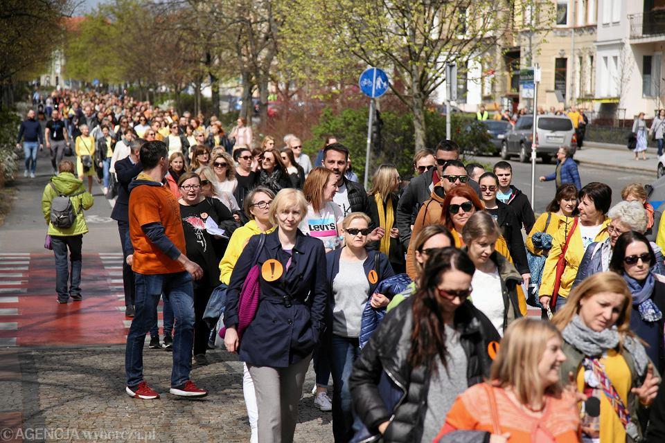 W ubiegłym tygodniu strajkujący nauczyciele organizowali protesty- spacery ulicami Szczecina