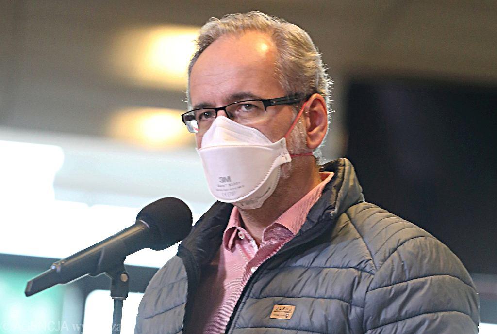Minister zdrowia Adam Niedzielski podczas konferencji prasowej w szpitalu polowym