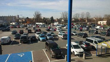 Parking przed jednym z marketów budowlanych