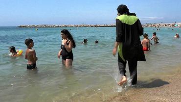 Kobieta w burkini na plaży we Francji
