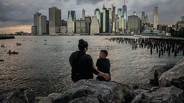 Levis Andino i jej sześcioletni syn Samir patrzą ponad East River na Manhattan. Zostali rozdzieleni na na granicy z Teksasem, spotkali się ponownie dopiero po dwóch miesiącach