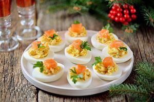 Jajka faszerowane na Wielkanoc. Sprawdzone wielkanocne przepisy na proste i tanie przekąski