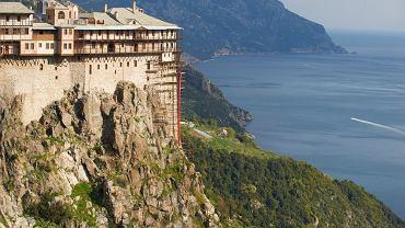 Jeśli na wakacjach lubicie nie tylko odpoczywać, ale też zwiedzać, i w tym roku wybieracie się do Grecji, Egiptu, Turcji, Tunezji, Bułgarii lub na Teneryfę - ta galeria jest dla Was. Ruszcie szlakiem największych skarbów UNESCO, które znajdują się w tych krajach i na jedynej w zestawieniu wyspie. Zabytków UNESCO najwięcej ma Grecja. Druga jest Turcja. Hiszpańska Teneryfa - choć stosunkowo niewielka - też zachęca do zwiedzania, jej dwa skarby UNESCO są wspaniałe. Oto przegląd najpiękniejszych.. Grecja: Góra Athos. Na świętą Górę Athos  wstęp mają jedynie mężczyźni po 21 roku życia. Turyści mogą tu przebywać maksymalnie 3 dni, obowiązuje skromny, stonowany ubiór, a jeśli nie jest się akredytowanym specjalistą, nie można mieć ze sobą sprzętu fotograficznego. Na górze znajduje się 20 monastyrów, w których żyją mnisi. Zajmują się oni głównie rolnictwem, dbaniem o monastyr, w którym żyją i modlitwą. Jeżeli szukacie odosobnienia i jesteście płci męskiej, nigdzie indziej nie poczujecie się tak odizolowani od świata.