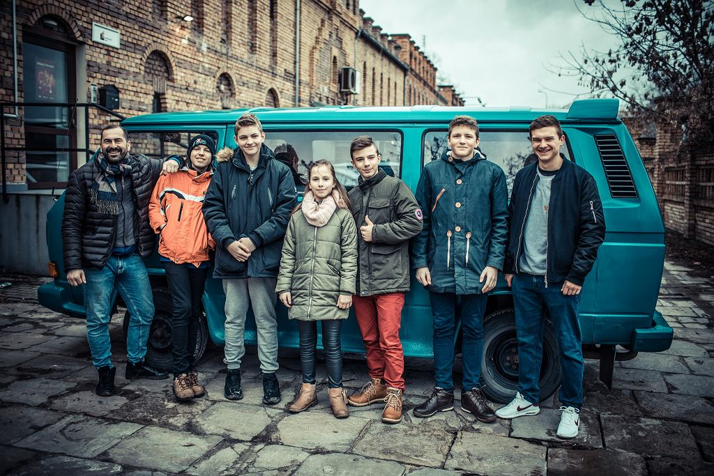 Podopieczni fundacji 'Z ławki rezerwowych' z vanem, którym pojadą na Euro