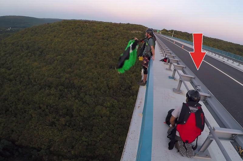 Mężczyzna chciał skoczyć ze spadochronem bez zapiętych taśm udowych