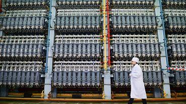 Pracownik mija wirówki gazu do separacji izotopów uranu w warsztacie separacji Uralskiego Zintegrowanego Zakładu Elektrochemicznego w Nowouralsku, 16 grudnia 2019 r.