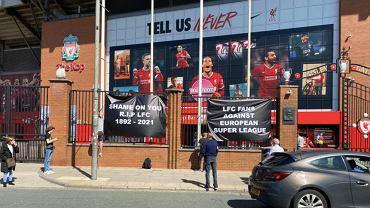 Hasła na stadionie w Liverpoolu w związku ze startem SuperLigi. Źródło: Twitter / SpionKop1906
