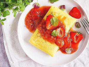 Naleśniki z serem i sosem rabarbarowo-truskawkowym