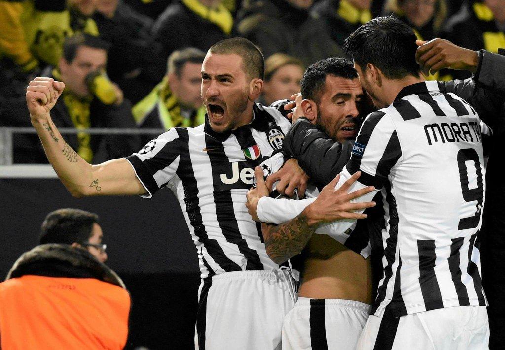 Carlos Tevez cieszy się z gola z kolegami
