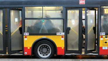 Pasażerowie w komunikacji miejskiej.