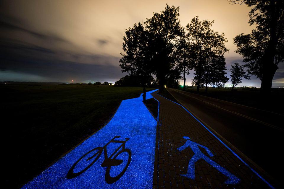 Zdjęcie numer 3 w galerii - Świecąca ścieżka rowerowa wyprodukowana pod Warszawą. Pierwsza w Polsce [ZDJĘCIA]