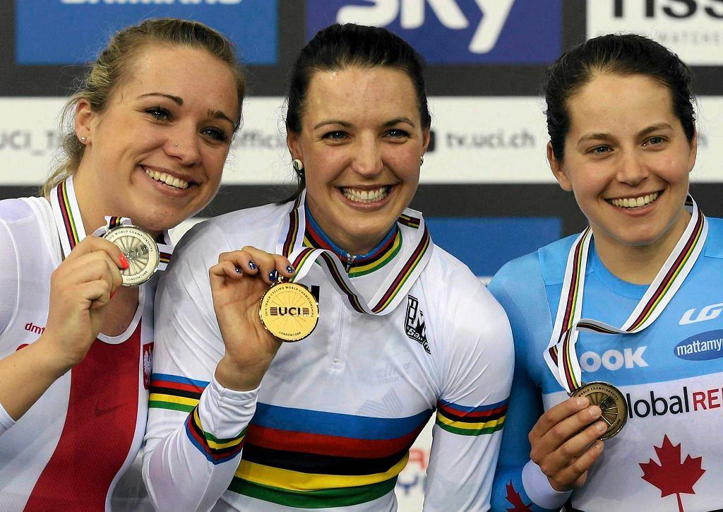 Małgorzata Wojtyra, Rebecca Wiasak i Annie Foreman-Mackey na podium wyścigu pościgowego podczas MŚ w Londynie w 2016 roku