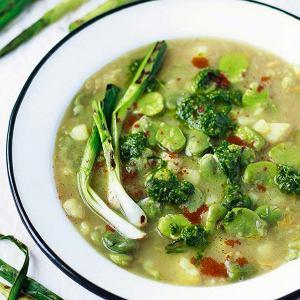 Wegańska zupa zbobem z zielonąsalsą ze szczypiorku