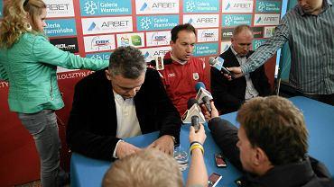 Konferencja prasowa, na której ogłoszono zwolnienie dotychczasowego trenera Stomilu. Zastąpi go Adam Łopatko (w czerwonym)
