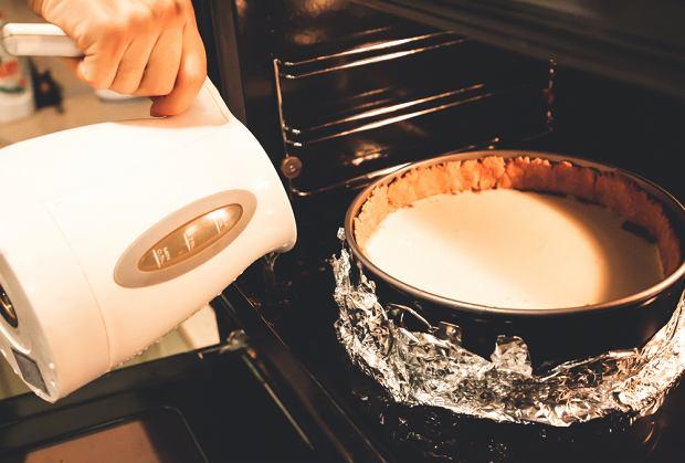 Pieczenie sernika w kąpieli wodnej.
