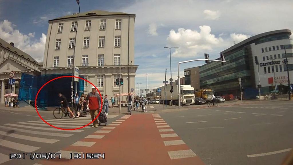 Potrącenie pieszego przez rowerzystę