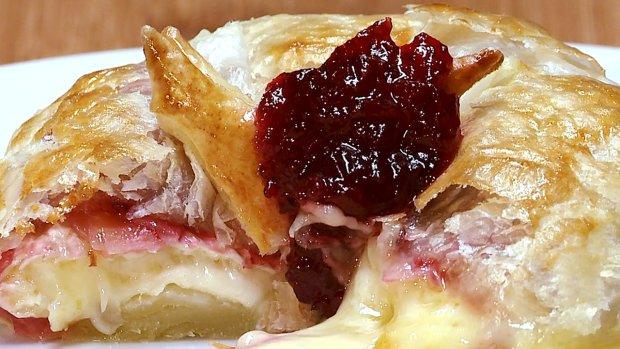 Ser camembert pieczony w cieście francuskim