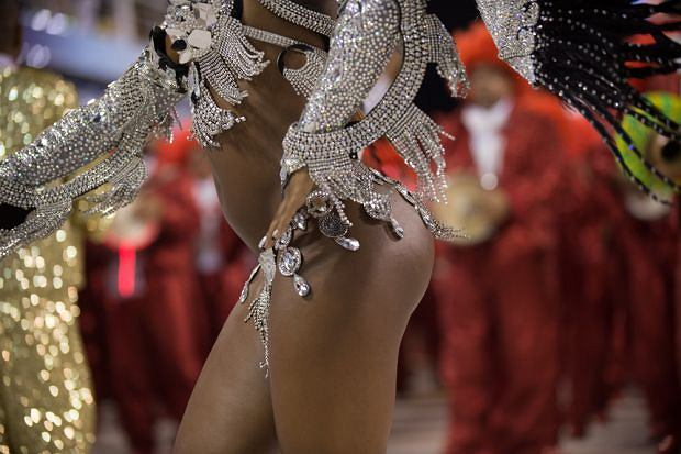 ameryka południowa, wakacje, top 10, Karnawał w Rio, Top 10: lista przyjemności prawdziwego mężczyzny, Karnawał w Rio de Janeiro, Skąpe stroje tancerek przyciągają uwagę...