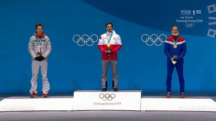 Kamil Stoch, Andreas Wellinger i Robert Johansson w trakcie ceremonii medalowej