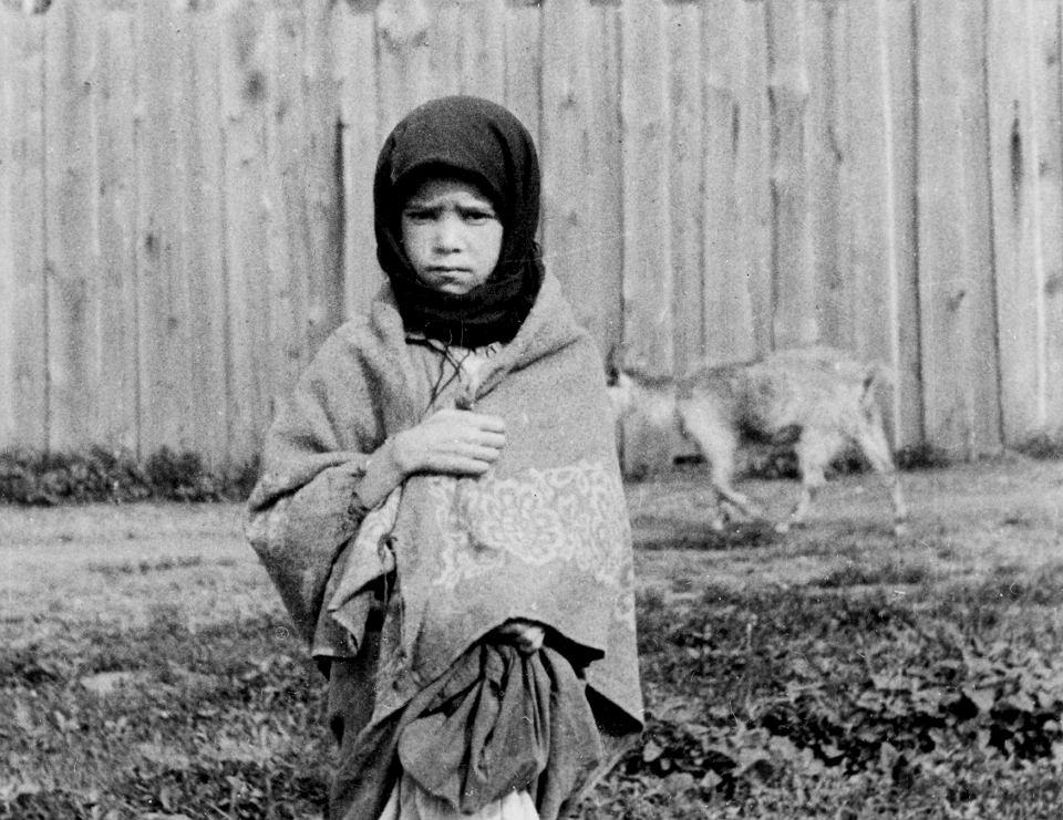 Wiejska dziewczynka, obwód charkowski, wiosna 1933