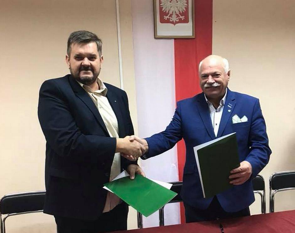 Podpisanie umowy koalicyjnej, z prawej starosta Piotr Deniszczuk z PSL