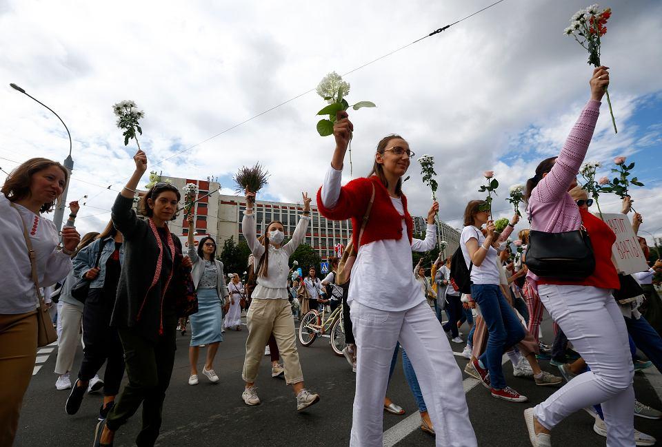 13.08.2020, Mińsk, marsz kobiet z kwiatami