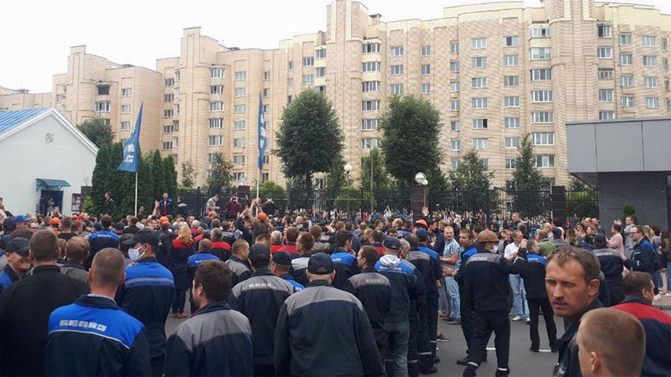 Zdjęcie numer 2 w galerii - Białoruscy robotnicy silniejsi niż OMON. Łukaszenka cofa się o krok
