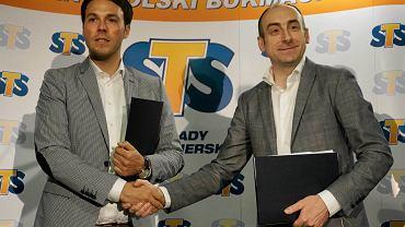 Podpisanie umowy między Lechem Poznań i sponsorem strategicznym klubu, firmą bukmacherską STS. Mateusz Juroszek, Karol Klimczak