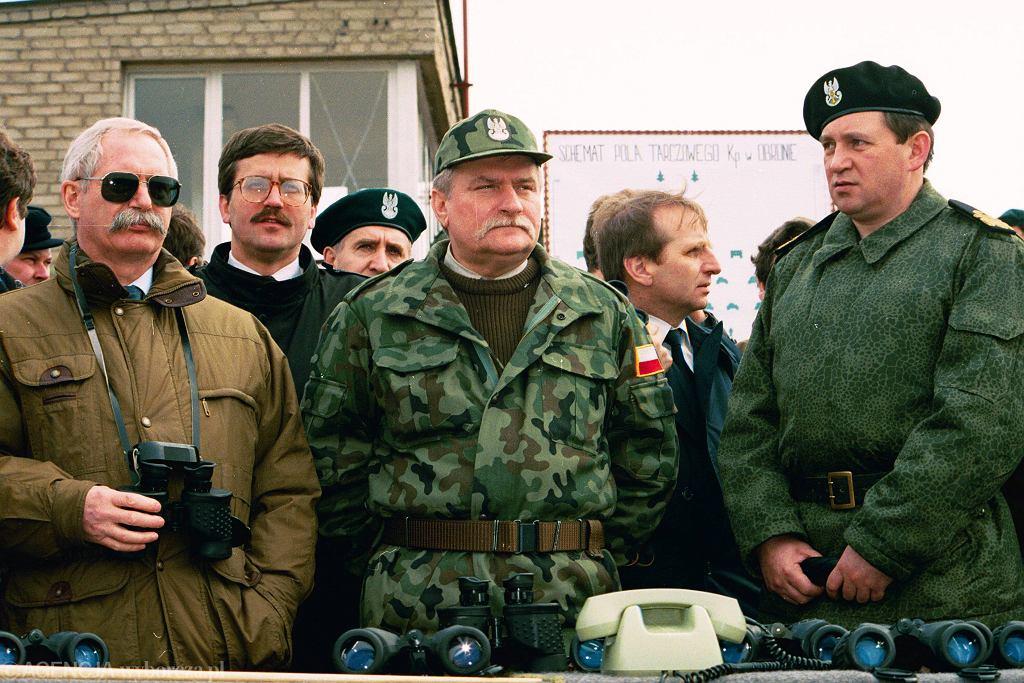 Bronisław Komorowski (2L) i Lech Wałęsa (C)