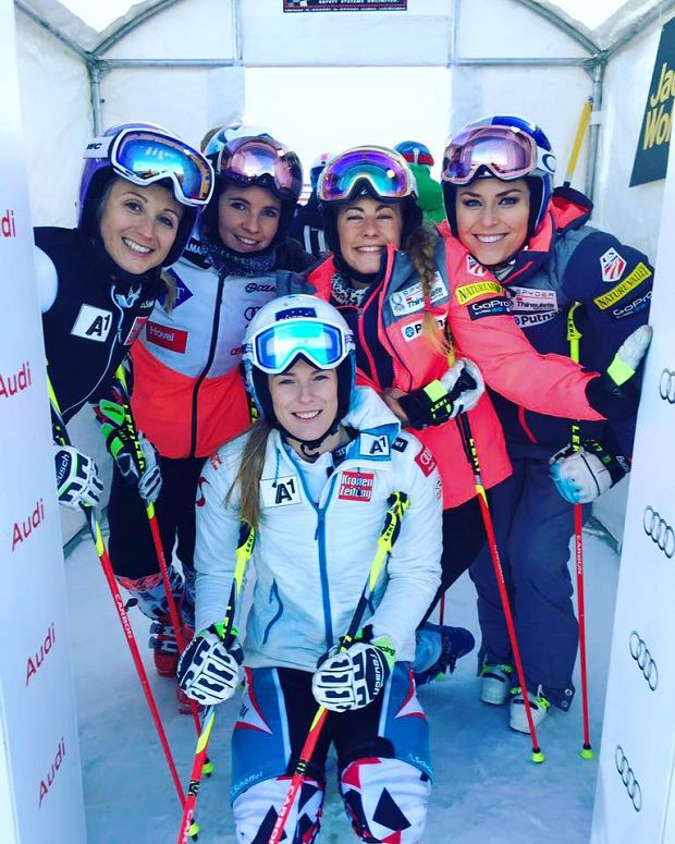 Alpejki w kaskach narciarskich