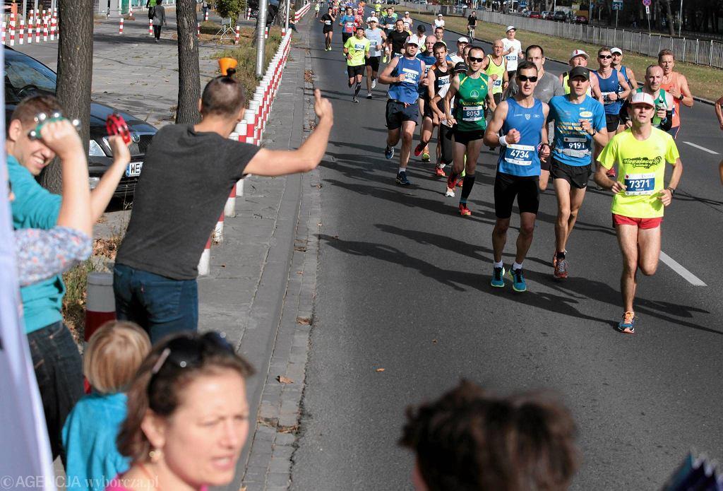 36. PZU Maraton Warszawski - doping kibiców zorganizowany przed 'Gazetę Wyborczą' na rogu Czerniakowskiej i Chełmskiej