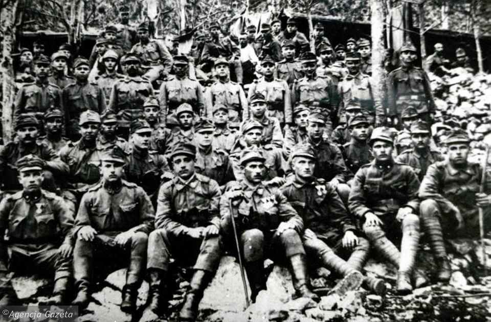 Andrzej Sabik (drugi z prawej w pierwszym rzędzie) z innymi żołnierzami na froncie włoskim
