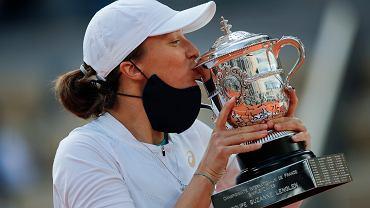 Iga Świątek z pucharem za zwycięstwo w Rolandzie Garrosie