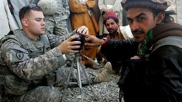 Amerykańskie wojsko prezentuje - i przekazuje do użytkowania Afgańczykom - sprzęt do do zbierania danych biometrycznych i identyfikacji (urządzenia HIIDE). Serobi, Pakita, Afganistan, 6 października 2009 r.