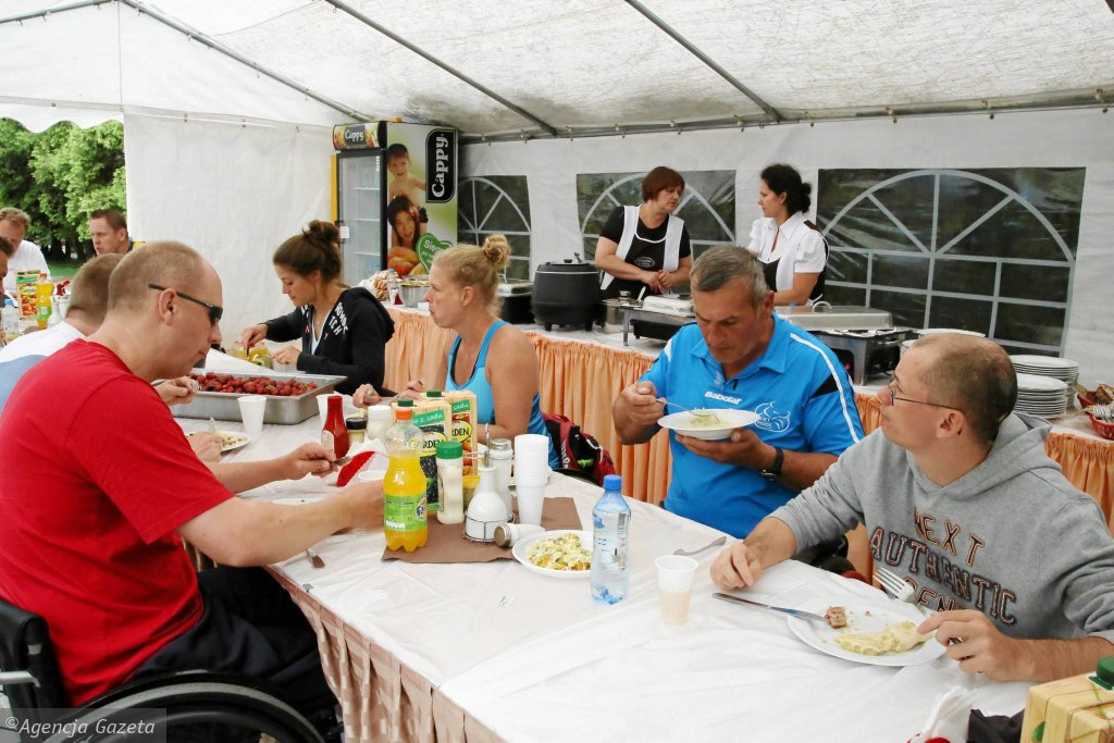 Uczestnicy turnieju POPO podczas przerwy obiadowej