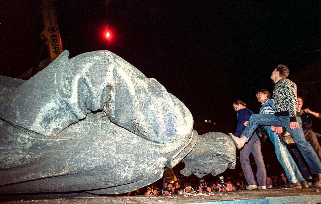 Pucz Janajewa. 23 sierpnia 1991 r., Moskwa. Demonstranci przy obalonym pomniku Feliksa Dzierżyńskiego, który stał przed siedzibą KGB na Łubiance