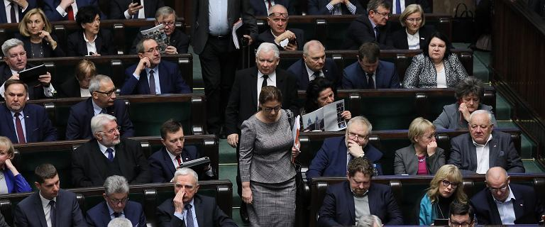 W Sejmie minuta ciszy. Kaczyński, Terlecki i Mazurek weszli tuż po