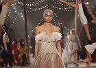 """Cyrk na pokazie najnowszej kolekcji """"haute couture"""" Christiana Diora"""