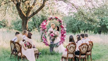 Życzenia ślubne - najpiękniejsze życzenia, które złożysz szczęśliwej parze na nowej drodze życia. Zdjęcie ilustracyjne