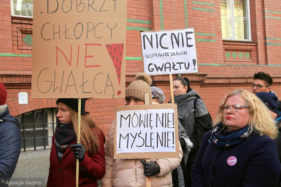 Manifestacja wsparcia dla zgwałconej nastolatki odbyła się pod sądem w Legnicy, 31.01.2019