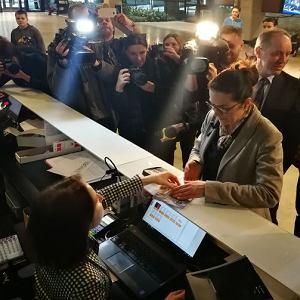 Aleksandra Dulkiewicz kupuje bilet na wystawę stałą ECS