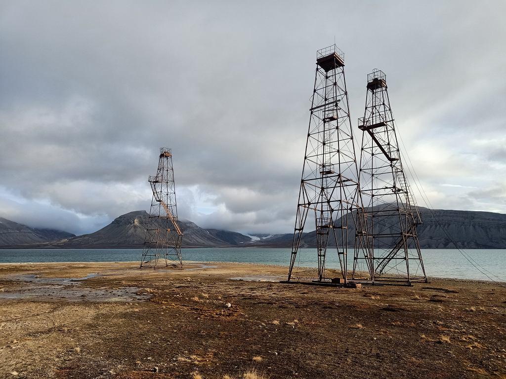 Wieże stalowe niedaleko stacji UAM w Petuniabukta, pozostałości po poszukiwaniach surowców przez Rosjan