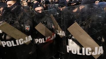 Strajk Kobiet - manifestacja przeciw zaostrzaniu prawa aborcyjnego. Policja potraktowała demonstrantki gazem. Warszawa, 18 listopada 2020