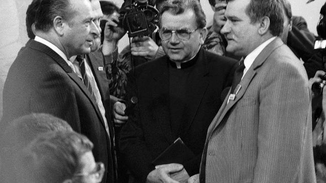 """Między Kiszczakiem a Wałęsą siedzieli biskupi. Kościół """"zapomniał"""", że był współtwórcą Okrągłego Stołu"""