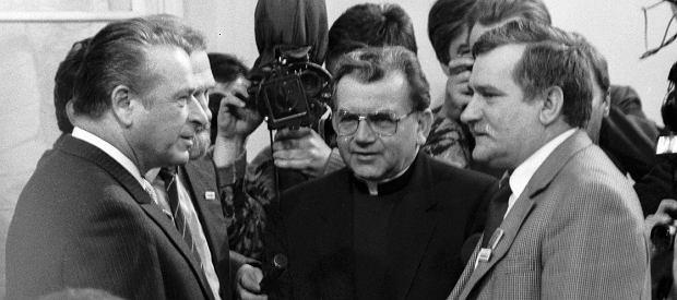 Warszawa, 5 kwietnia 1989 r., dzień podpisania porozumień Okrągłego Stołu. Od lewej: szef MSW Czesław Kiszczak, obserwator ze strony Kościoła ksiądz Alojzy Orszulik i przywódca 'Solidarności' Lech Wałęsa