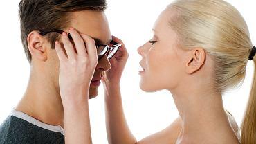 Całowanie w okularach