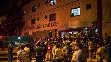 Kibice martwią się o zdrowie największej gwiazdy reprezentacji Brazylii Neymara. W niepokoju oczekują na wieści pod szpitalem